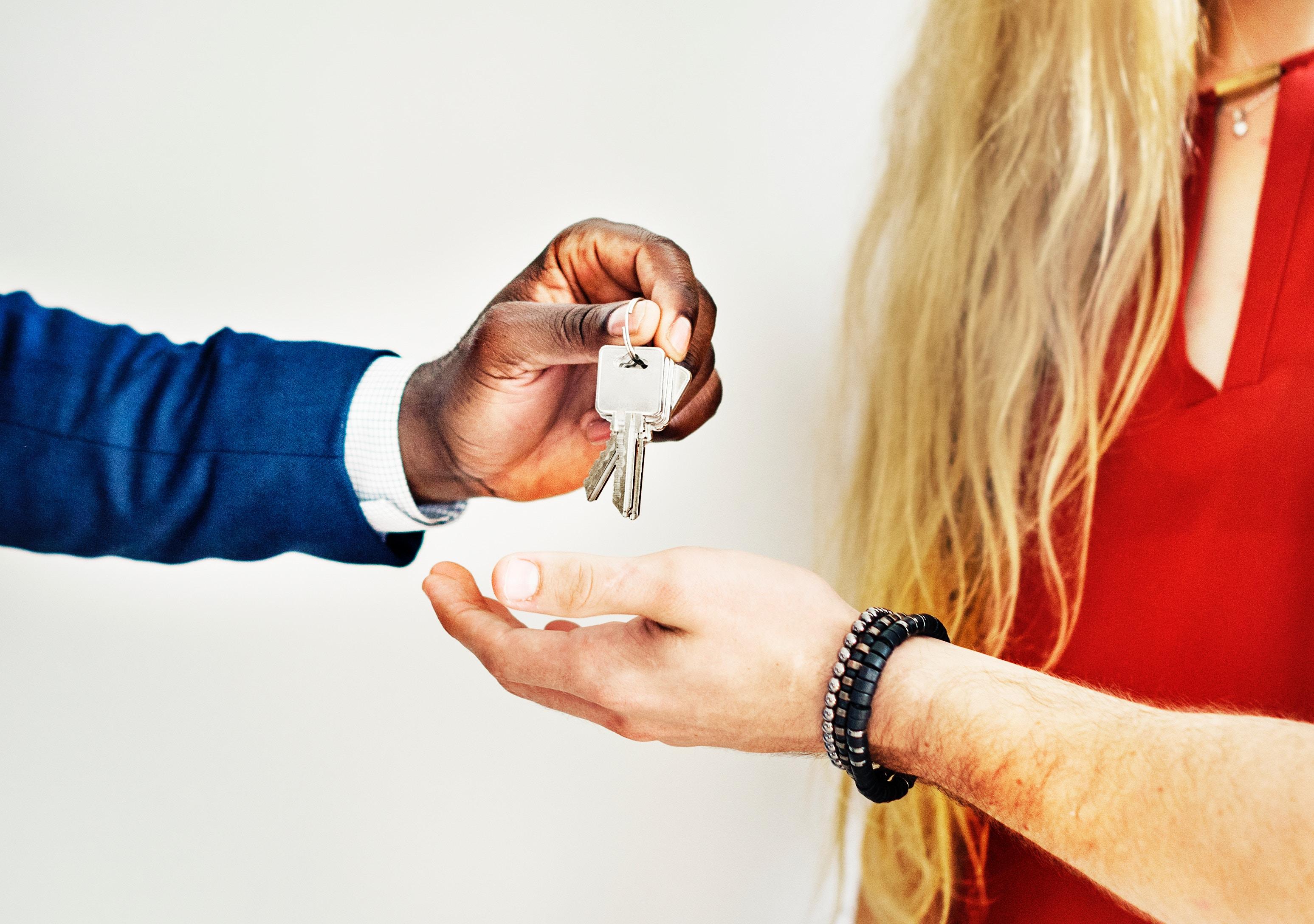 ¿Qué impuestos debo pagar al comprar o vender una propiedad?
